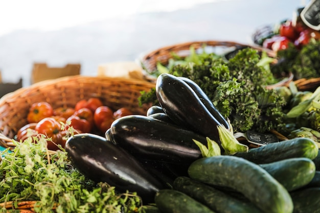 Verse en biologische groenten op boerenmarkt Gratis Foto
