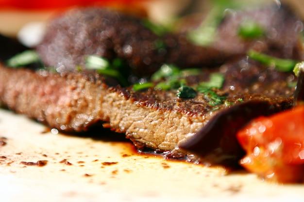 Verse en zeer smakelijke biefstuk Gratis Foto