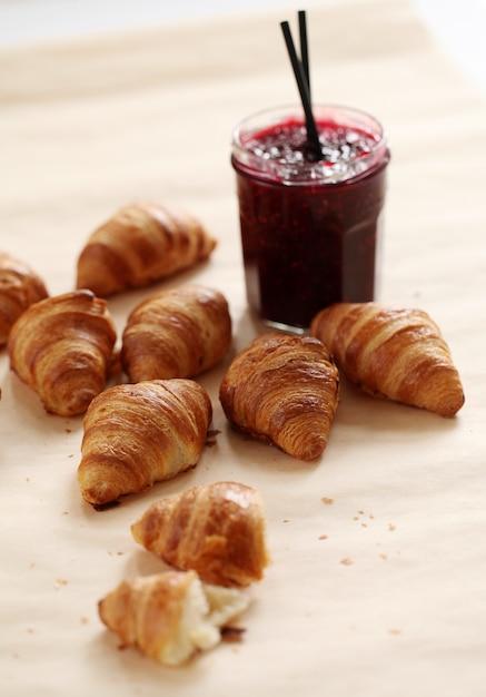 Verse franse croissants met bessenjam Gratis Foto