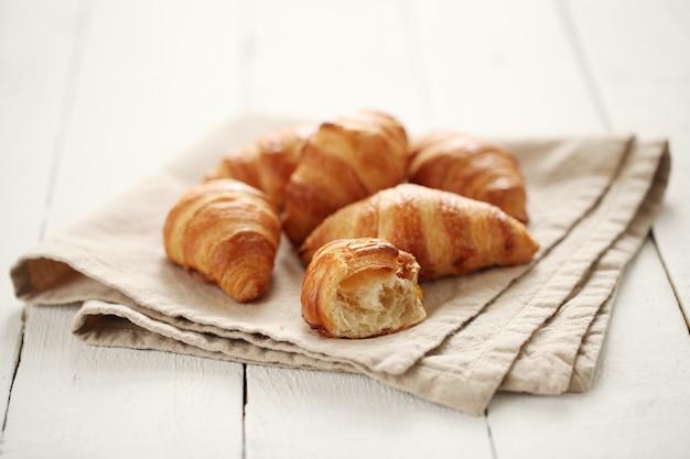 Verse franse croissants op een tafelkleed Gratis Foto