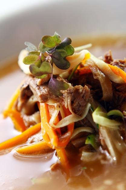 Verse gastronomische soep met vlees Gratis Foto