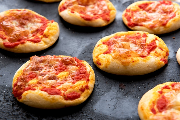 Verse gebakken kaasachtige pizzabroodjes die op pan koelen Premium Foto
