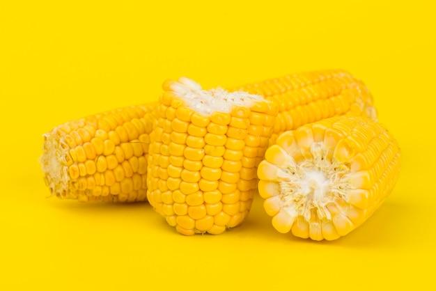 Verse gele suikermaïs op geel Premium Foto