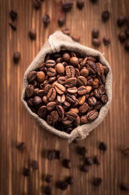 Verse geroosterde koffiebonen in jutezak Premium Foto