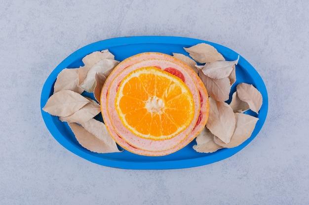 Verse grapefruit, citroen en sinaasappelringen op blauw bord. Gratis Foto