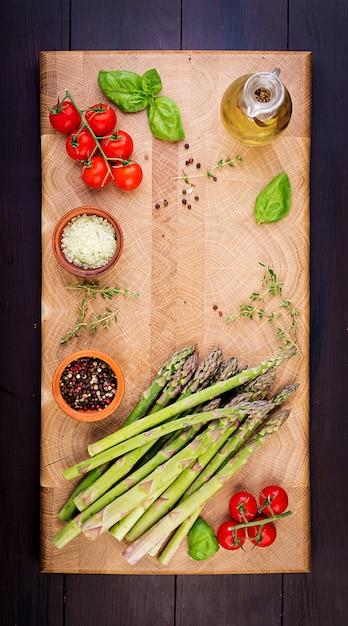 Verse groene asperges op een rustieke houten tafel met kopie ruimte. bovenaanzicht Gratis Foto