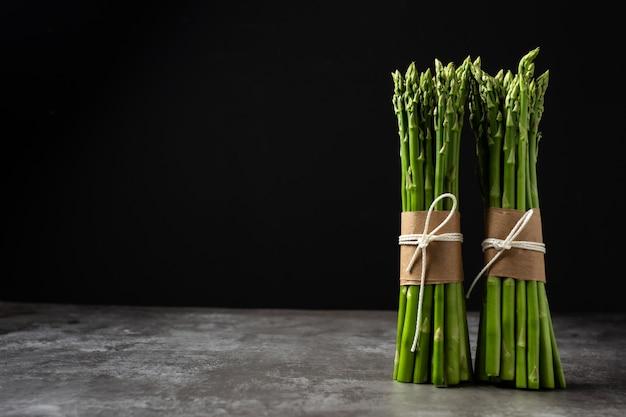 Verse groene asperges op tafel. Gratis Foto