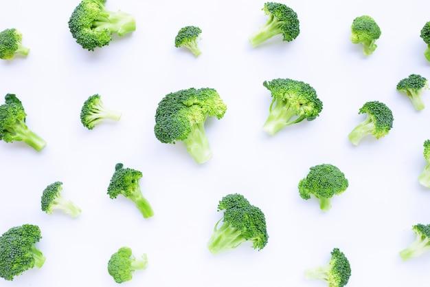 Verse groene broccoli op wit Premium Foto