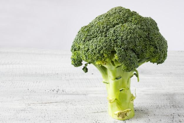 Verse groene broccoli op witte achtergrond Gratis Foto