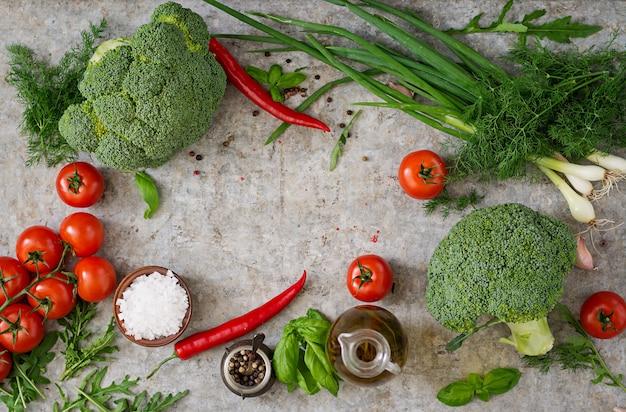 Verse groenten - broccoli, cherry tomaten, chilipepers en andere ingrediënten voor het koken. goede voeding. bovenaanzicht Gratis Foto