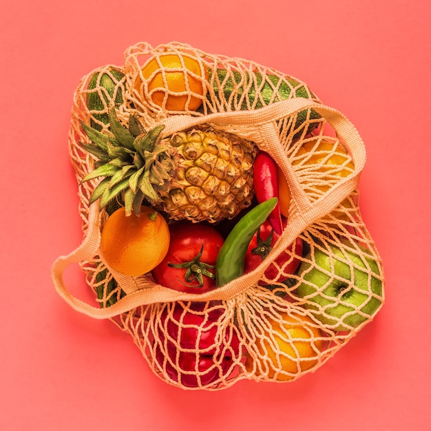 Verse groenten en fruit in zakgaas, bovenaanzicht. Premium Foto