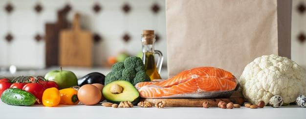 Verse groenten, fruit, noten en zalm steak. Premium Foto