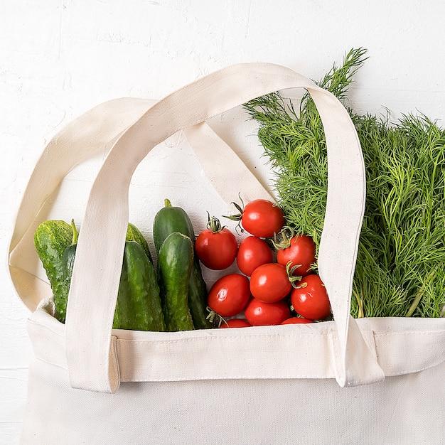Verse groenten in eco herbruikbare boodschappentas zonder afvalstoffen Premium Foto