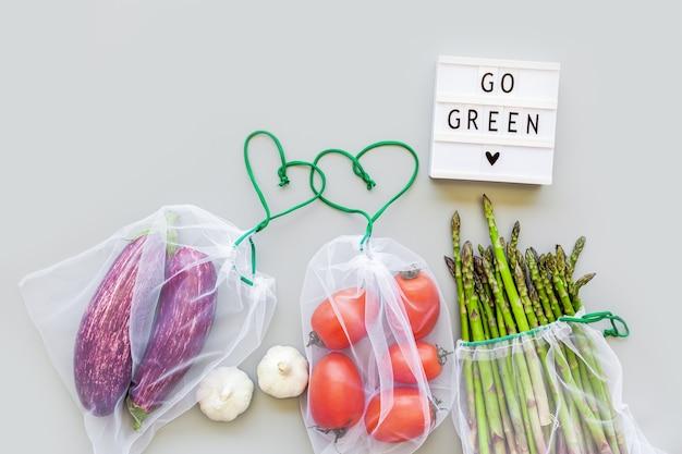 Verse groenten in eco herbruikbare boodschappentassen Premium Foto