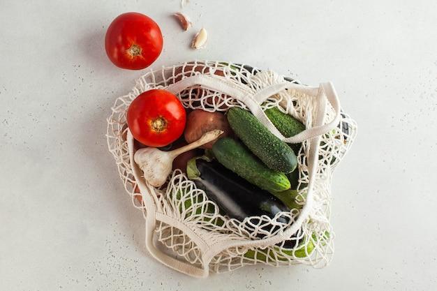 Verse groenten in een koordzak, milieuvriendelijk product. concept van oogsten, landbouw. seizoensgroenten. Premium Foto