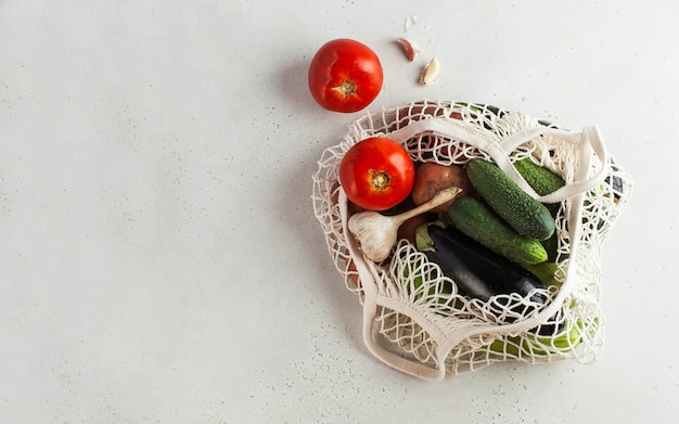 Verse groenten in een koordzak, milieuvriendelijk product. oogst. seizoensgroenten. Premium Foto