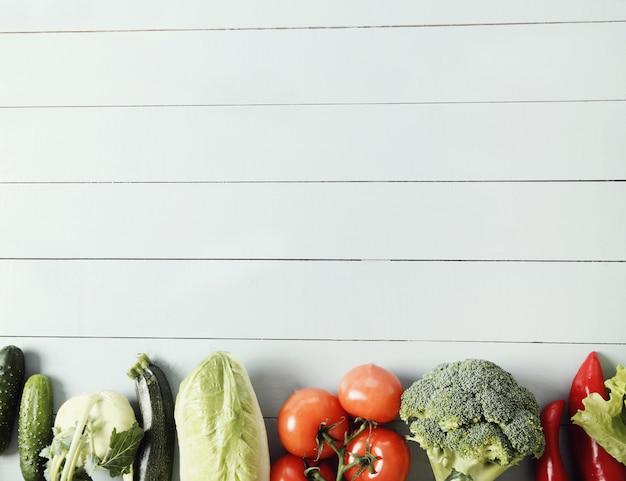 Verse groenten op houten tafel Gratis Foto