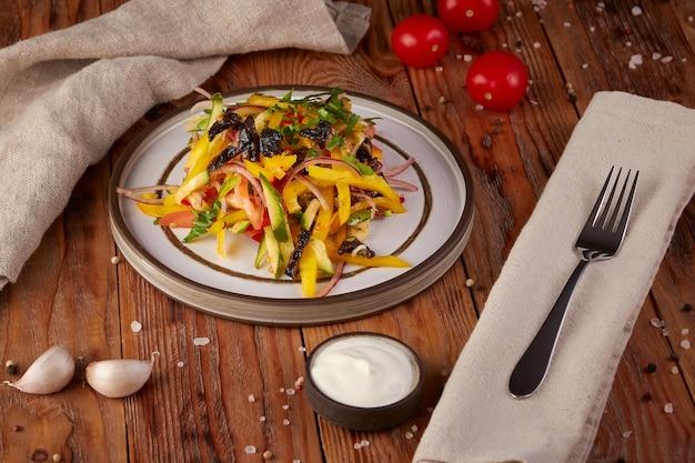 Verse groentesalade met olie, houten achtergrond Premium Foto