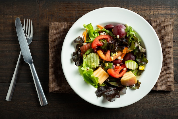 Verse groentesalade op hout. Gratis Foto