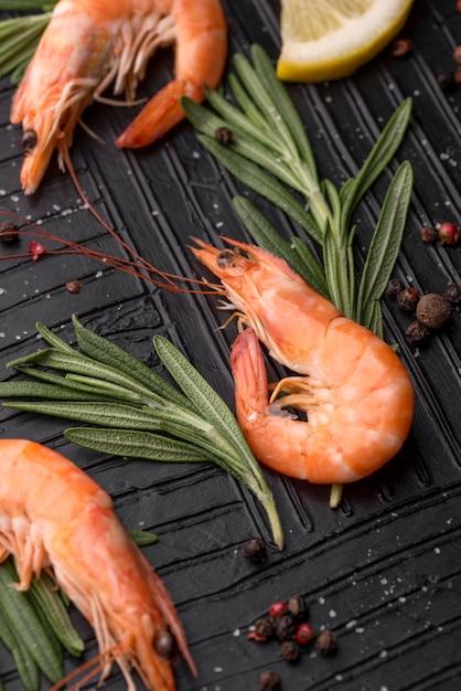 Verse heerlijke zeevruchten garnalen hoge mening Gratis Foto