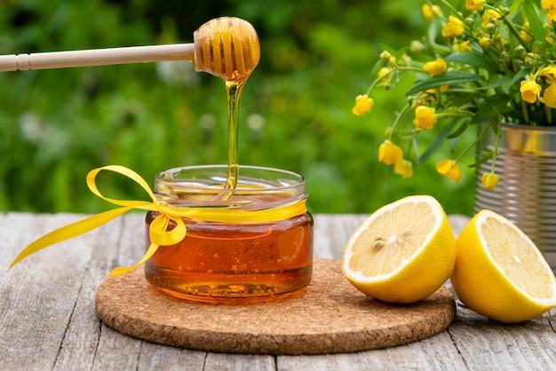 Verse honing stroomt in de pot. Premium Foto