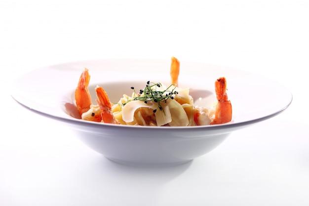 Verse italiaanse pasta geserveerd met garnalen Gratis Foto