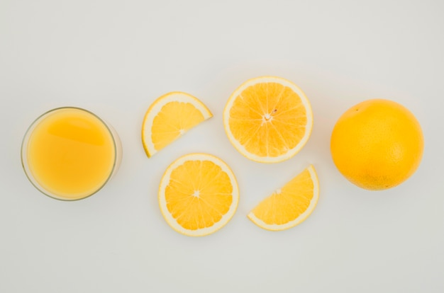 Verse jus d'orange en plakjes op tafel Gratis Foto