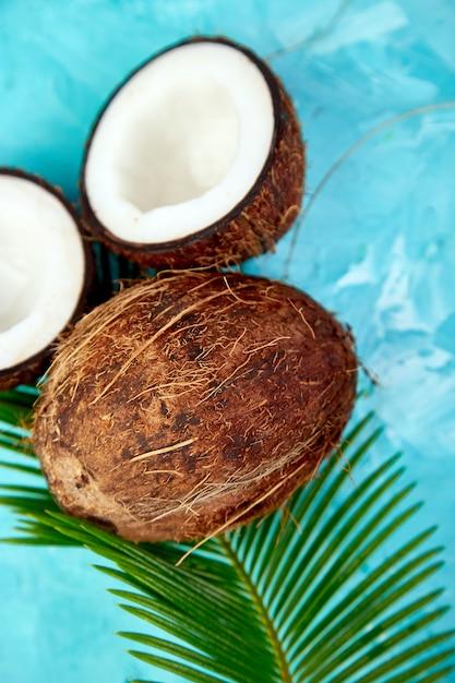 Verse kokosnoot op blauw. plat leggen. Premium Foto