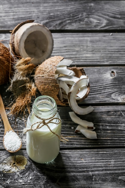 Verse kokosnoten en kokosmelk in fles Gratis Foto