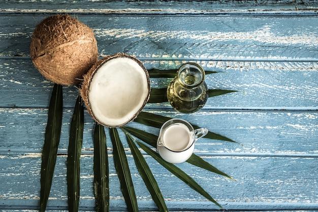 Verse kokosnoten op oude houten tafel foto premium download
