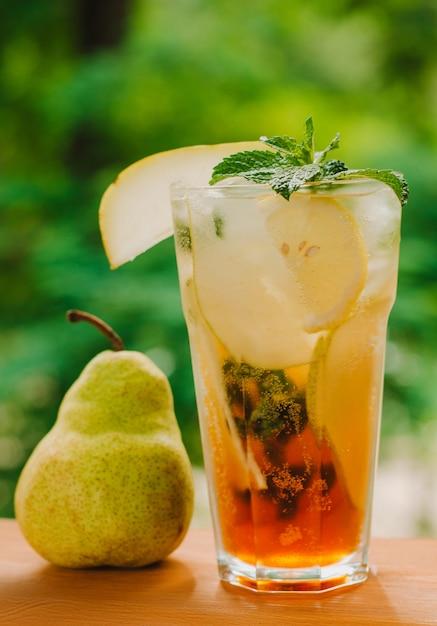 Verse koude limonade met peer en citroen op houten tafel. citroenzuur, gezond. kopieer ruimte Premium Foto