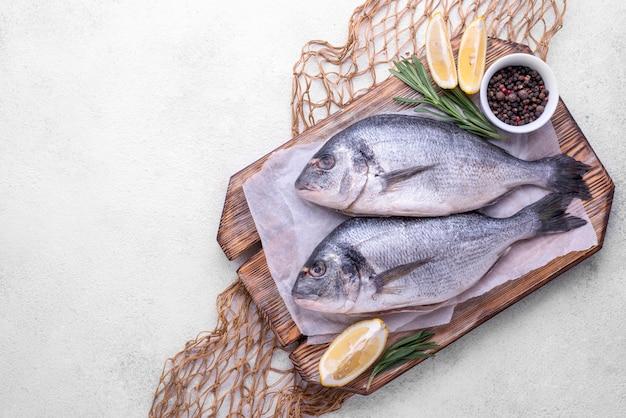 Verse kruiden van zeebrasemvis en citroen Premium Foto