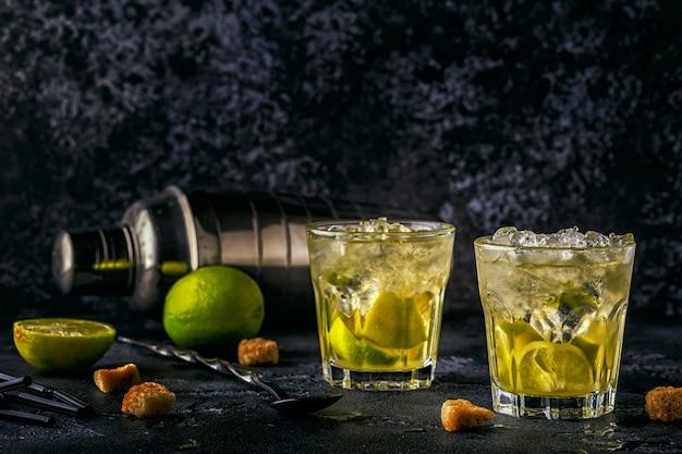Verse limoencocktail met ijs op dark. Premium Foto