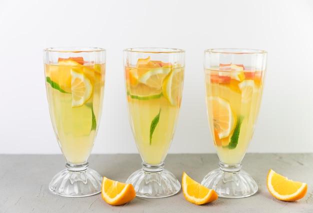 Verse limonadeglazen in de rij Gratis Foto