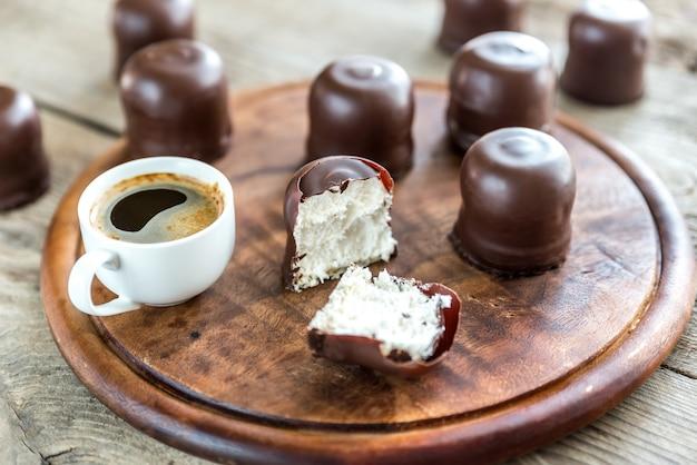 Verse marshmallows met twee kopjes koffie Premium Foto