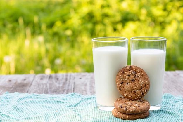 Verse melk met koekjes voor ontbijt. Premium Foto