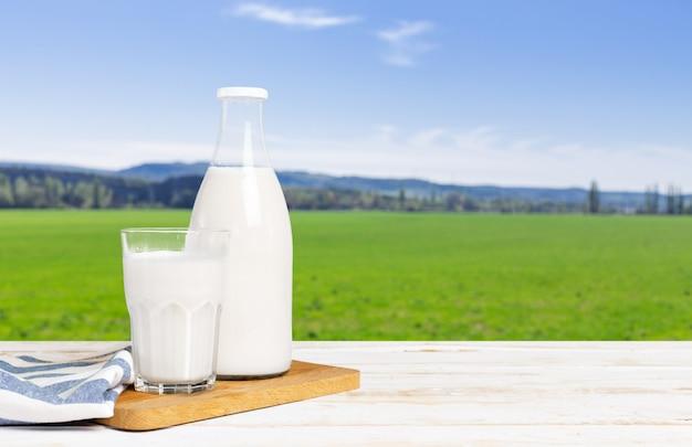 Verse melk op tafel Premium Foto