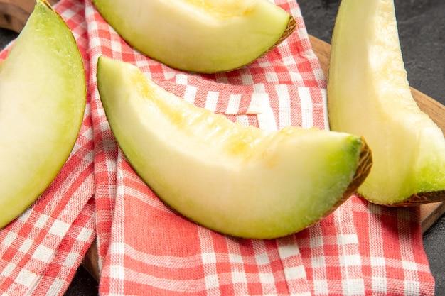 Verse meloen plakjes heerlijk fruit op zwart Gratis Foto