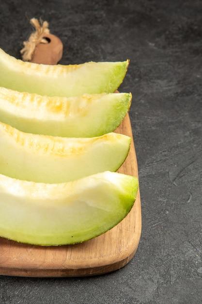 Verse meloen plakjes heerlijk zacht fruit op zwart Gratis Foto