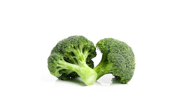 Verse milieuvriendelijke broccoli op wit Premium Foto
