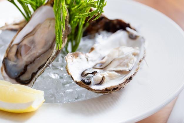 Verse oesters met citroen in thaise zeevruchtenstijl. Premium Foto