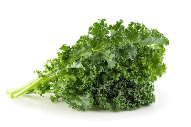 Verse organische boerenkoolbladeren die over witte achtergrond worden geïsoleerd Premium Foto