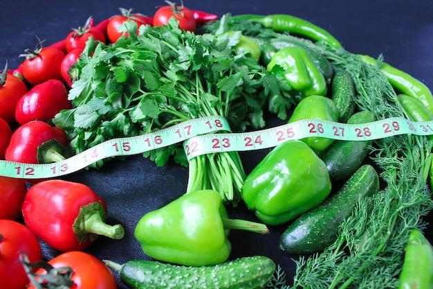 Verse organische peterselie, tomaten, rode pepers, groene paprika's, venkel, dille en komkommer met groene centimeter bovenaanzicht, dieetconcept Gratis Foto