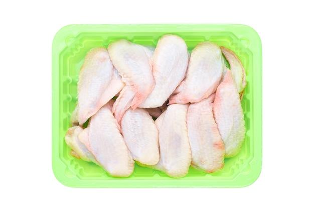 Verse rauwe kippenvleugels in een groene container Premium Foto