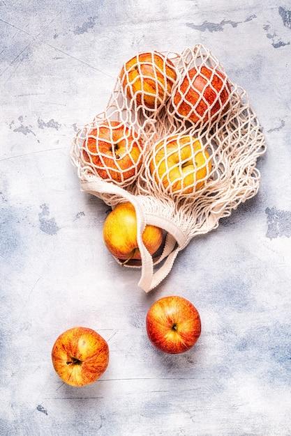 Verse rijpe appels in een netzak Premium Foto