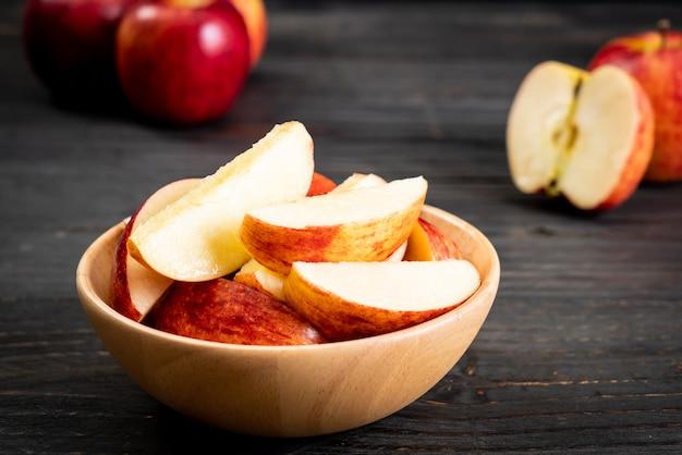 Verse rode appels gesneden kom Premium Foto
