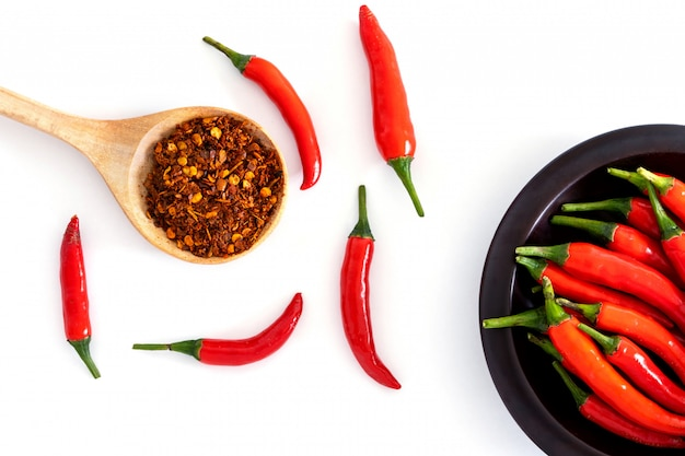 Verse rode chili peper en gemalen gedroogde rode cayennepeper met een zaadje Premium Foto