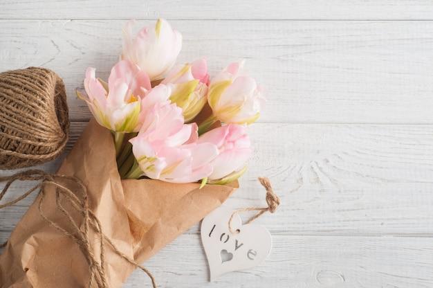 Verse roze tulpen, touw en hart Premium Foto
