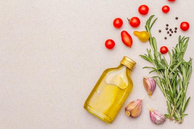 Verse rozemarijn, teentje knoflook, olijfolie, zwarte peper Premium Foto