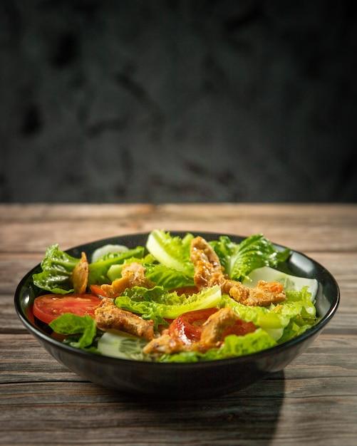 Verse salade van romeinse sla en tomaten met gebraden kip Premium Foto